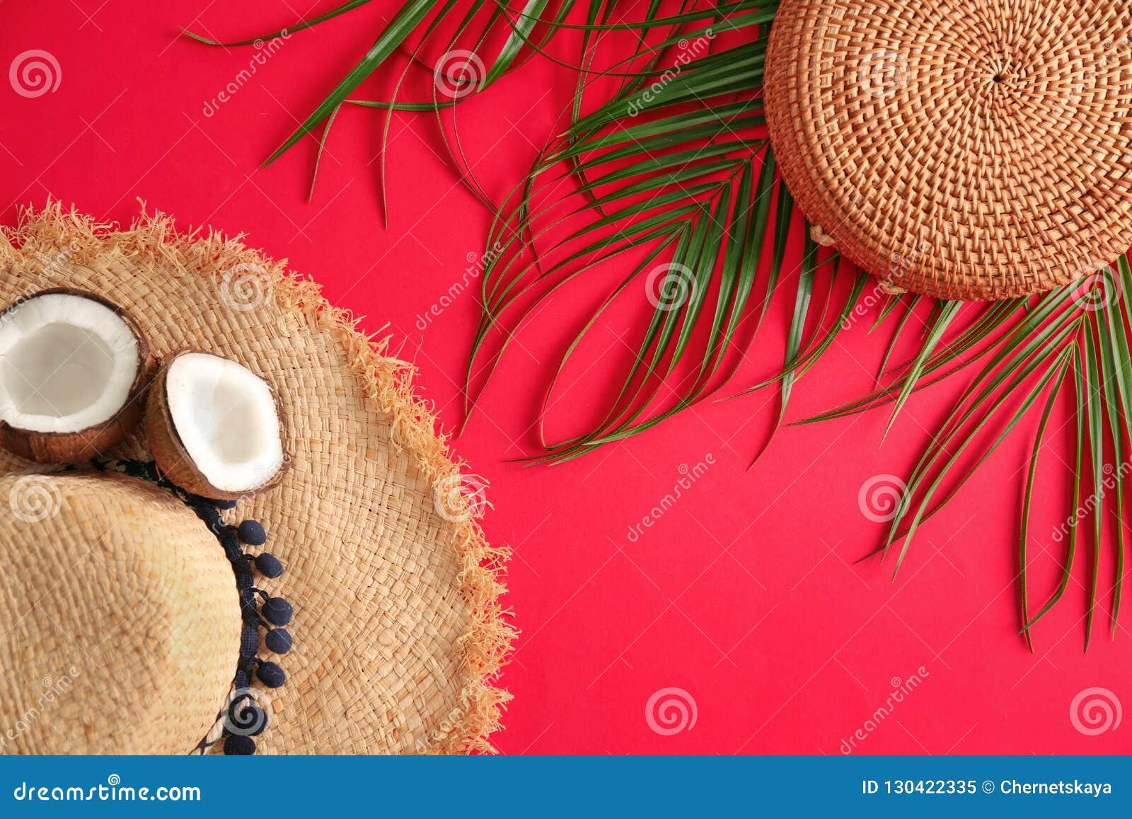 Επίπεδος βάλτε τη σύνθεση με την τσάντα μπαμπού και το καπέλο αχύρου