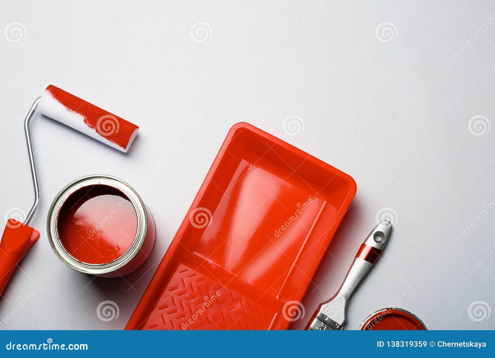 Επίπεδος βάλτε τη σύνθεση με το χρώμα μπορεί, εργαλεία διακοσμητών και διάστημα για το κείμενο