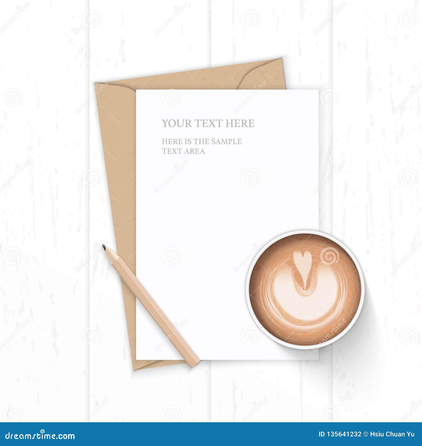 Επίπεδος βάλτε τον κομψούς άσπρους καφέ και το μολύβι φακέλων εγγράφου του Κραφτ επιστολών σύνθεσης τοπ άποψης στο ξύλινο υπόβαθρ