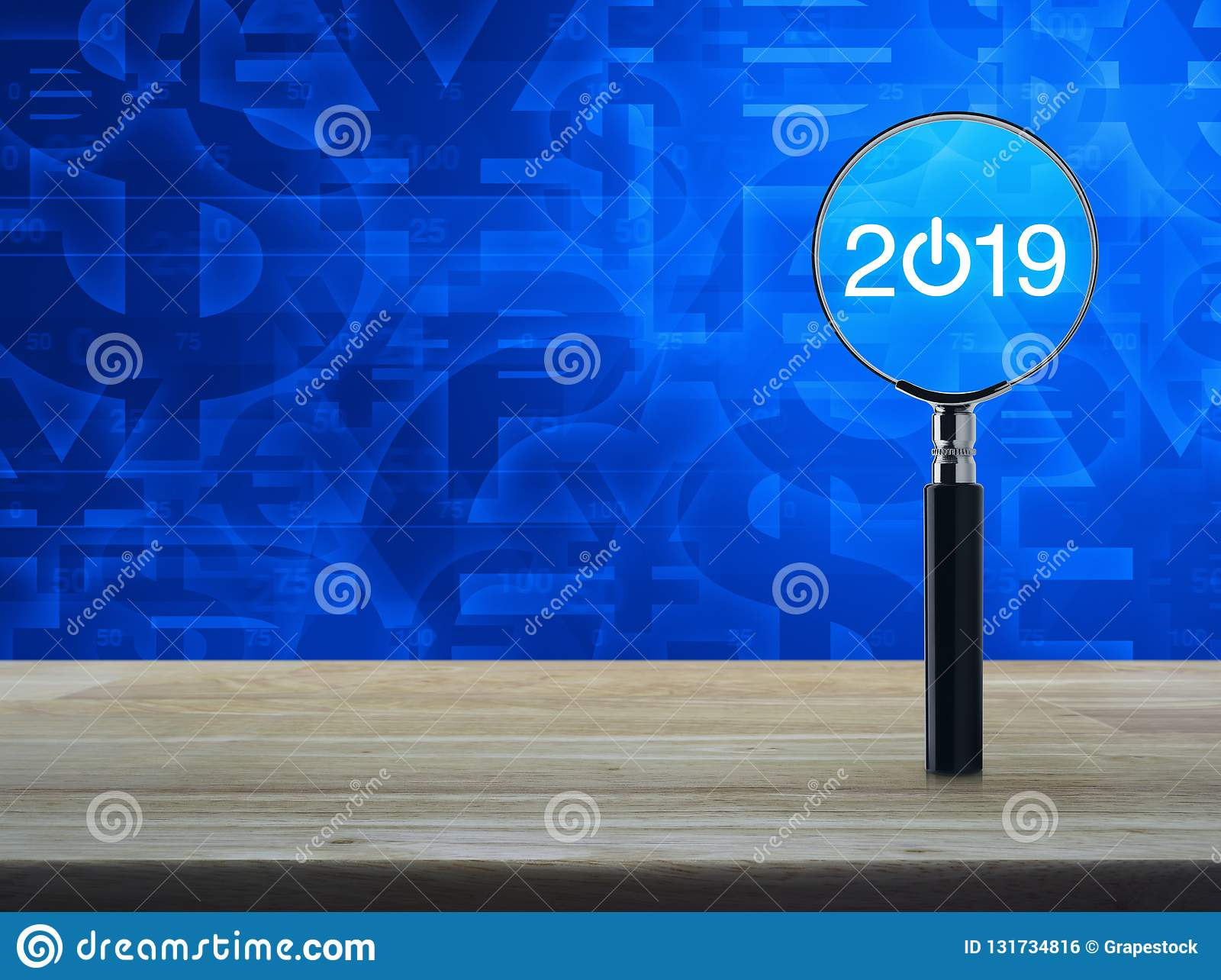 επίπεδο εικονίδιο ξεκινήματος του 2019 με την ενίσχυση - γυαλί στον ξύλινο πίνακα πέρα από το μπλε υπόβαθρο τόνου συμβόλων νομίσμ