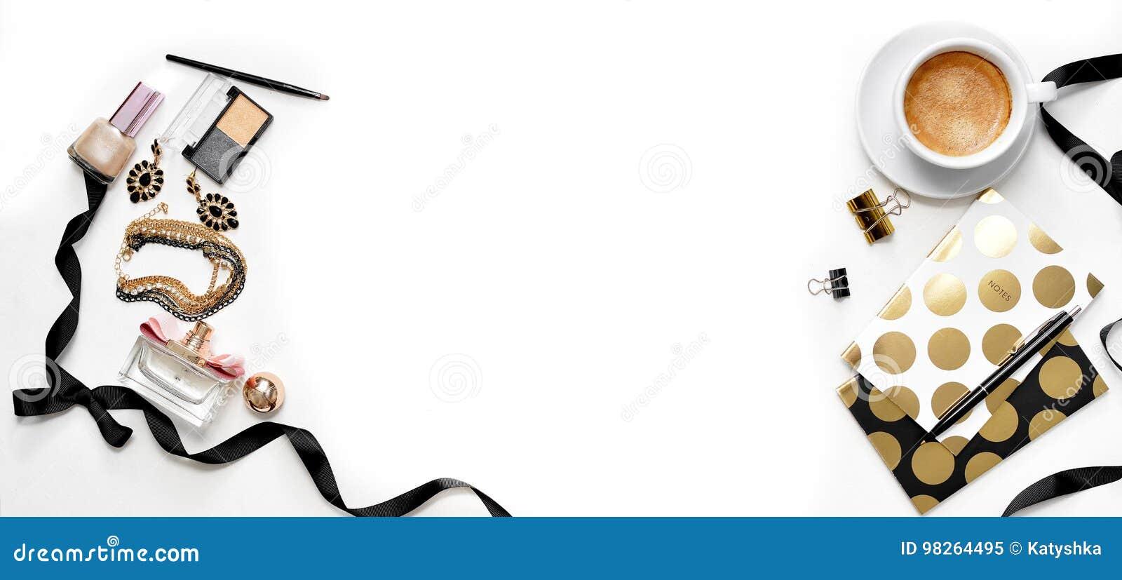 Επίπεδος βάλτε το θηλυκό χώρο εργασίας γραφείων εμβλημάτων μόδας με την ταμπλέτα, το φλιτζάνι του καφέ, τα μοντέρνα μαύρα χρυσά σ