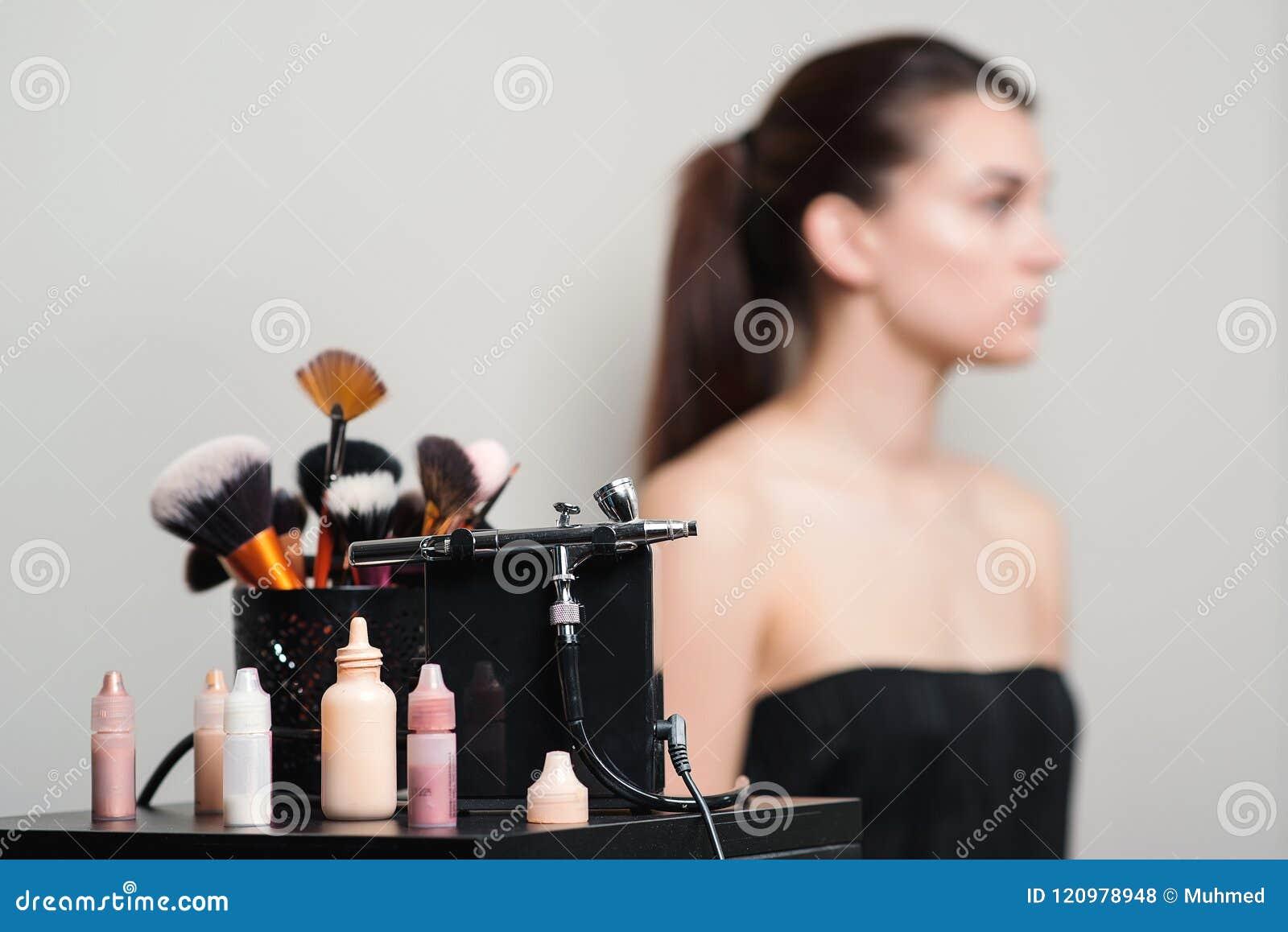 Επαγγελματικές βούρτσες makeup, σύγχρονα airbrush και εργαλεία Προϊόντα σύνθεσης καθορισμένα Αποτελέστε τα εργαλεία εφαρμογής Καλ
