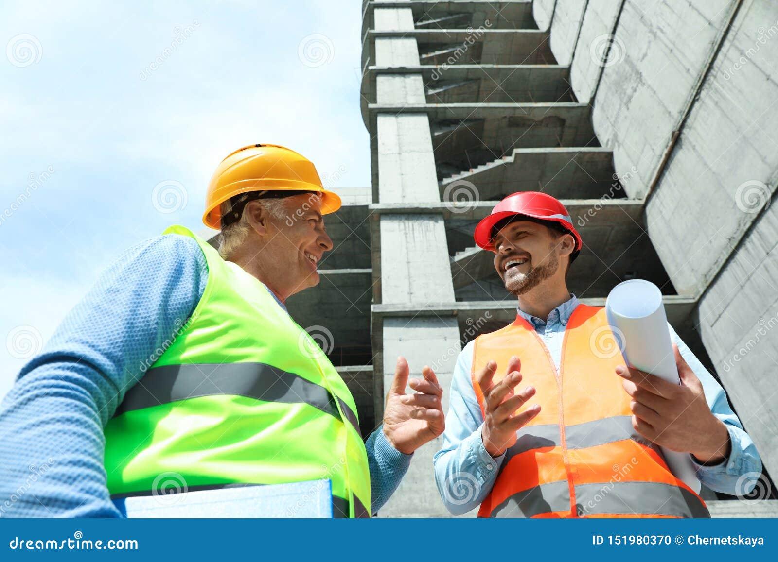Επαγγελματικοί μηχανικοί στον εξοπλισμό ασφάλειας
