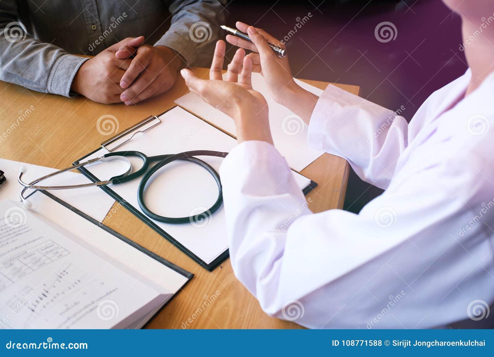 Επαγγελματικός ιατρός στην άσπρη ομοιόμορφη συνέντευξη παλτών εσθήτων