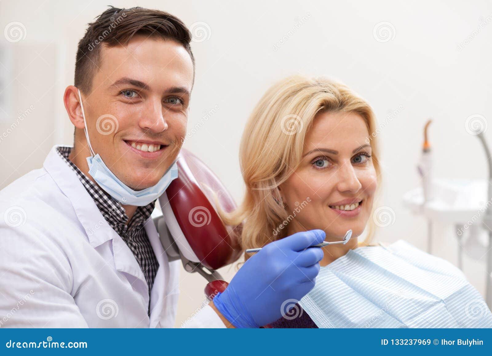 Επαγγελματικός οδοντίατρος που εργάζεται στην οδοντική κλινική του