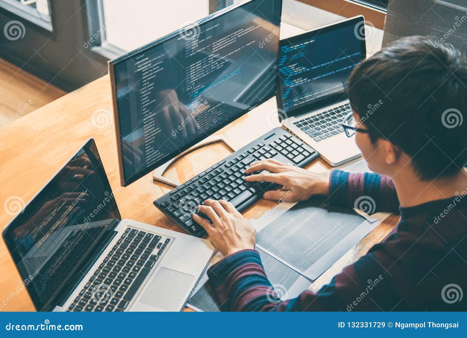 Επαγγελματικός προγραμματιστής ανάπτυξης που εργάζεται στο websi προγραμματισμού