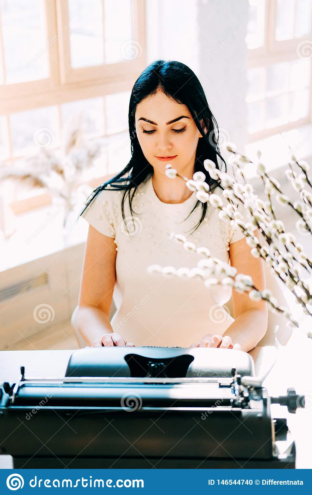 Επαγγελματικό επάγγελμα Γραμματέας στα άσπρα έγγραφα δακτυλογράφησης φορεμάτων