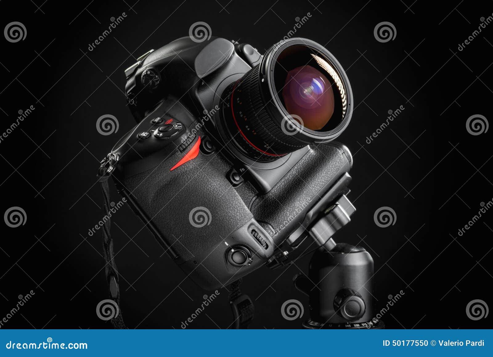 Επαγγελματική κάμερα με τον ευρύ φακό γωνίας στο τρίποδο