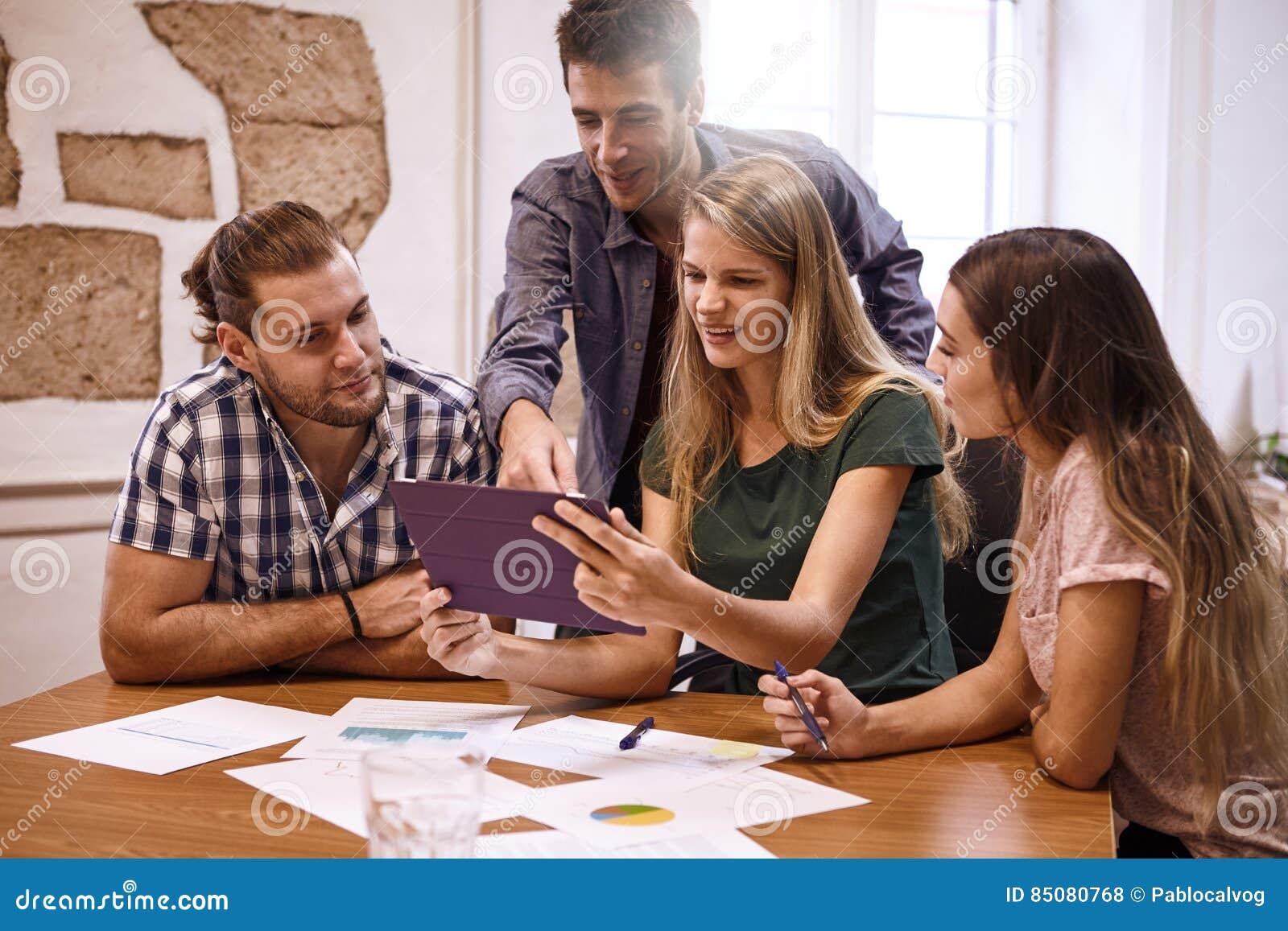 Επαγγελματική ομάδα millenials στη διάσκεψη