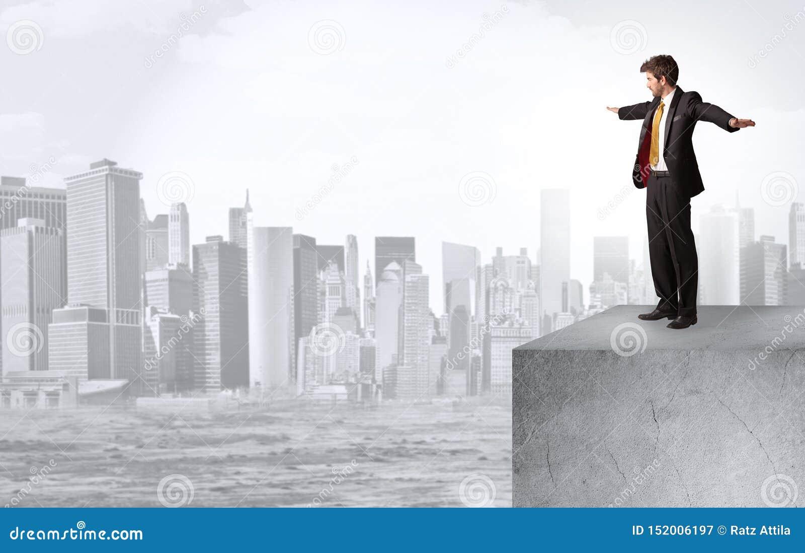Επενδυτής που κοιτάζει στην πόλη από την απόσταση