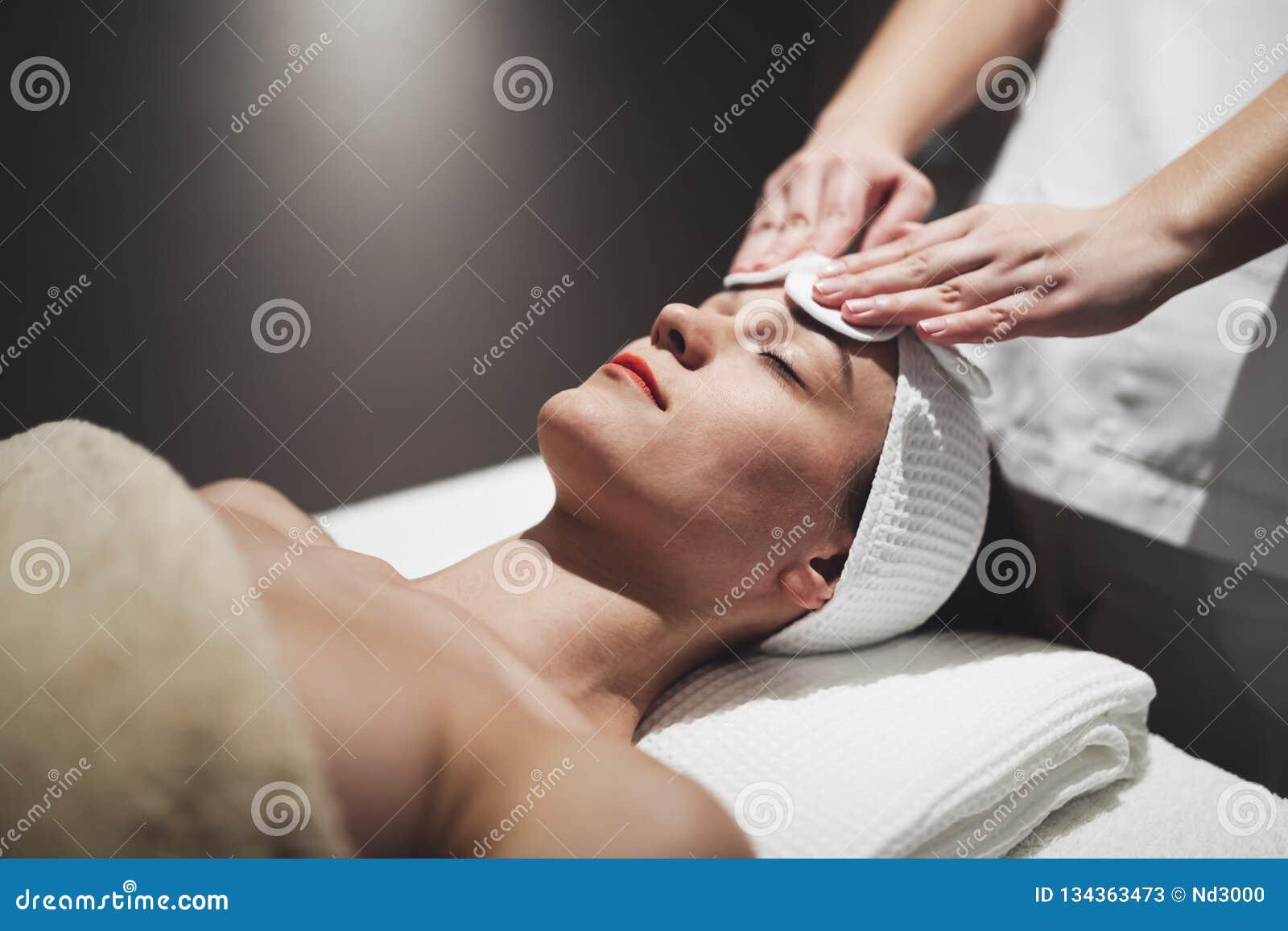 Επεξεργασία δερμάτων και προσώπου massage spa στο θέρετρο