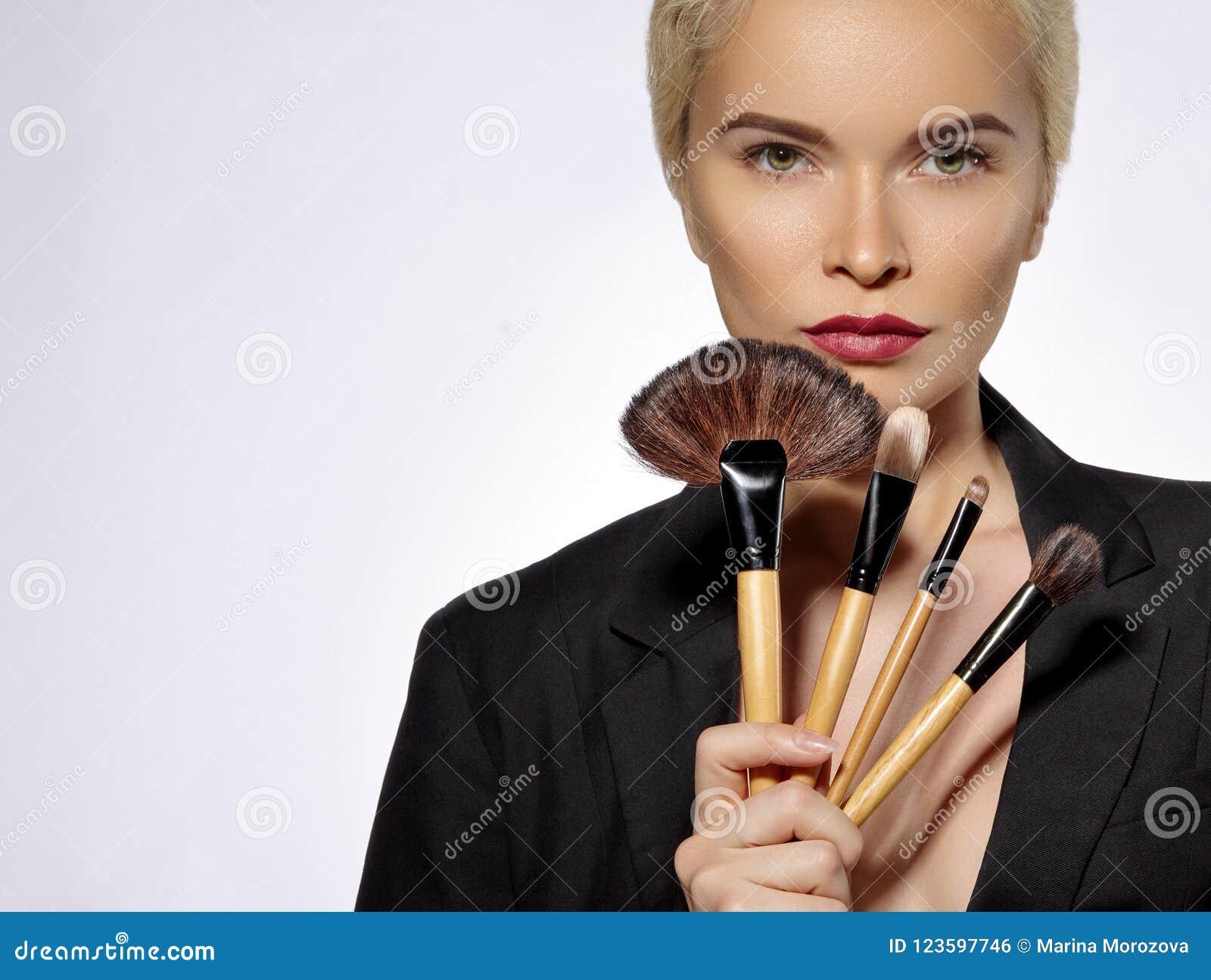 επεξεργασία σαπουνιών πετρελαίου σύνθεσης ομορφιάς λουτρών κορίτσι βουρτσών makeup Η μόδα αποζημιώνει την προκλητική γυναίκα make