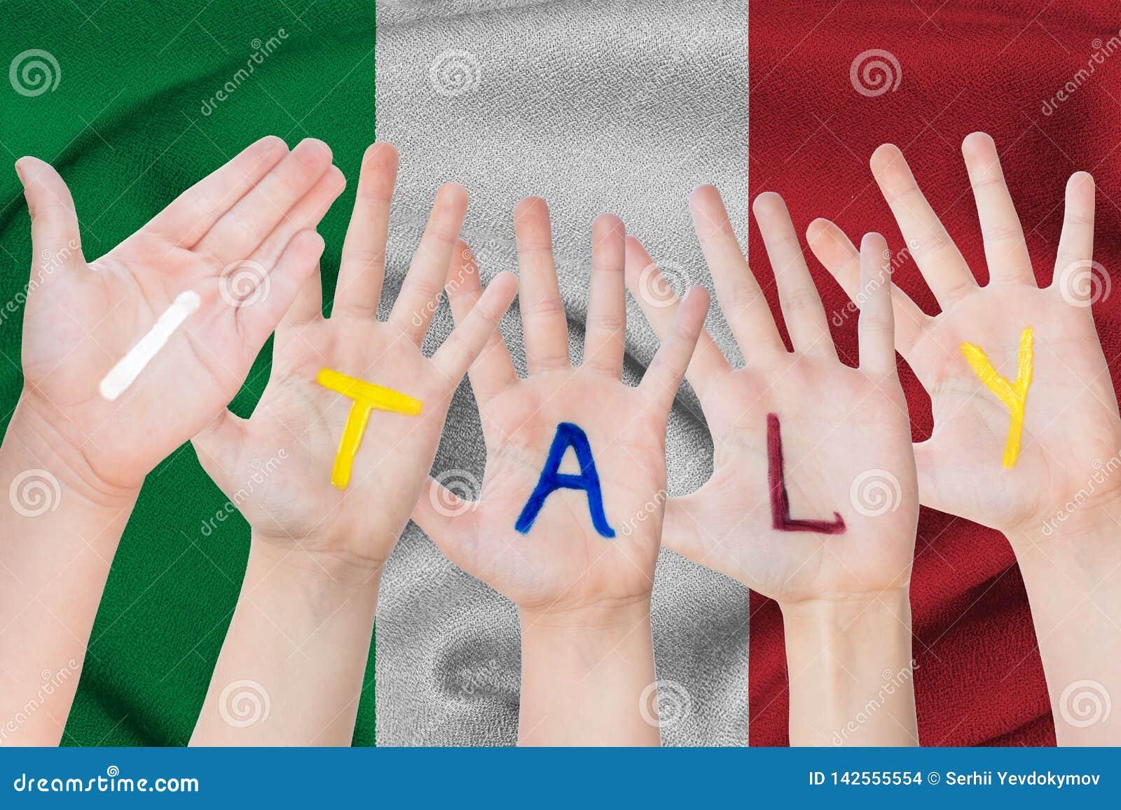 Επιγραφή της Ιταλίας σε ετοιμότητα των παιδιών στα πλαίσια μιας κυματίζοντας σημαίας της Ιταλίας