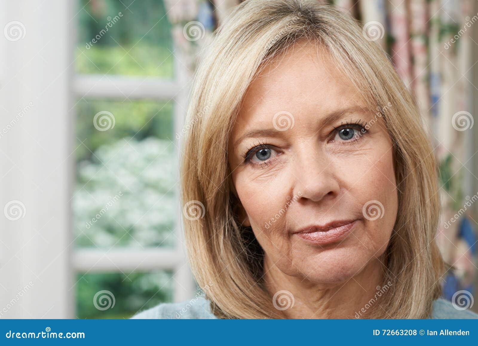 Επικεφαλής και πορτρέτο ώμων της δυστυχισμένης ώριμης γυναίκας στο σπίτι