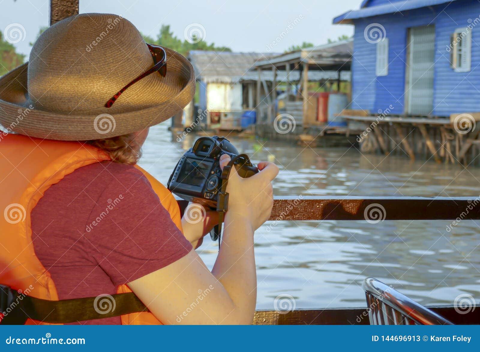 Επιπλέον ψαροχώρι πυροβολισμού φωτογράφων του ποταμού σφρίγους Tonle στ