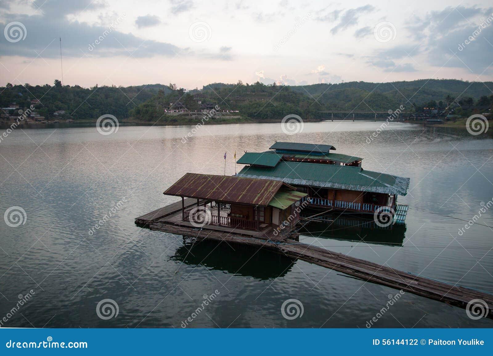 Επιπλέοντα σπίτι και Houseboat στον ποταμό