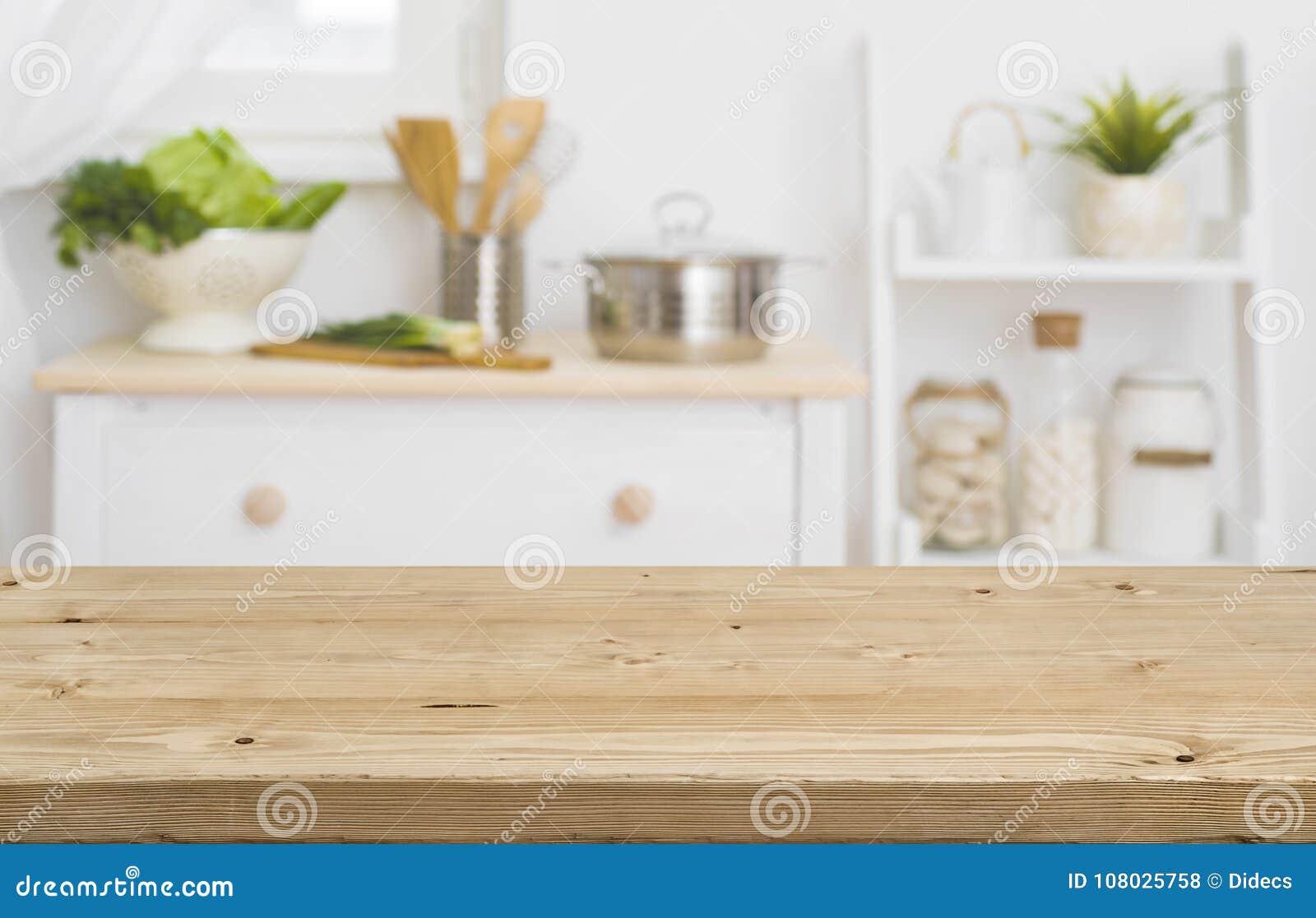Επιτραπέζια κορυφή με τα θολωμένα έπιπλα κουζινών ως υπόβαθρο