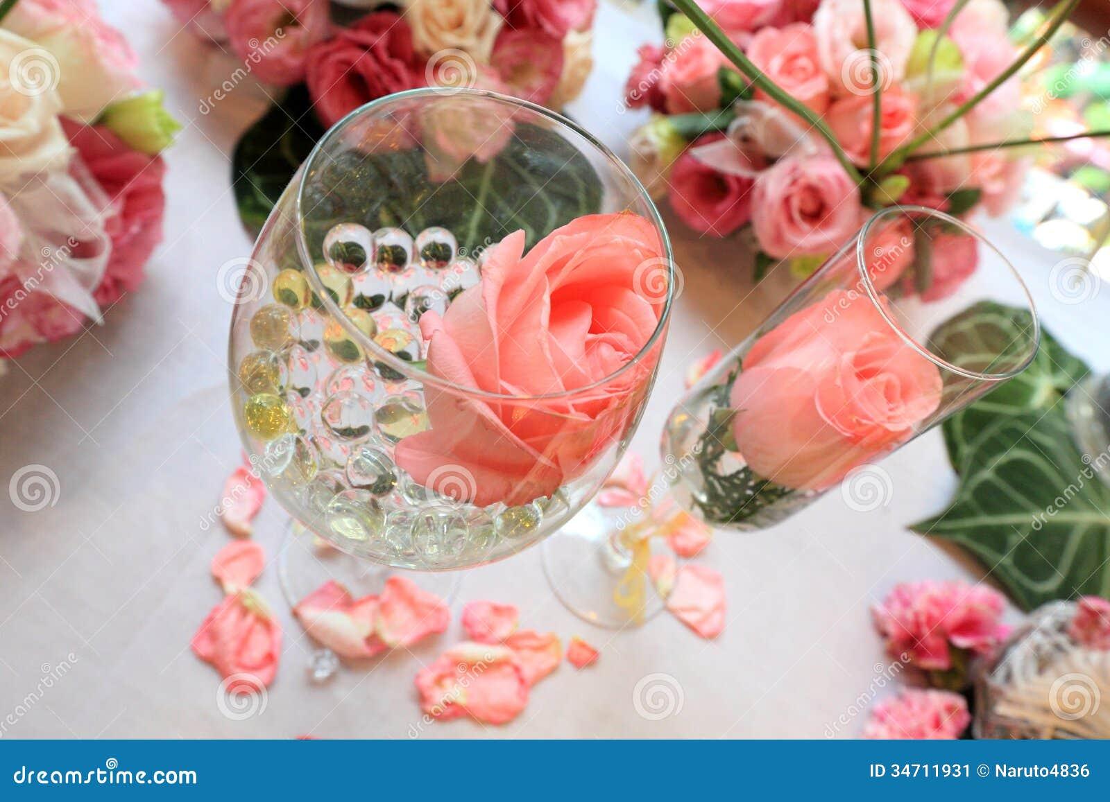 Επιτραπέζια ρύθμιση και λουλούδια γαμήλιων ντεκόρ