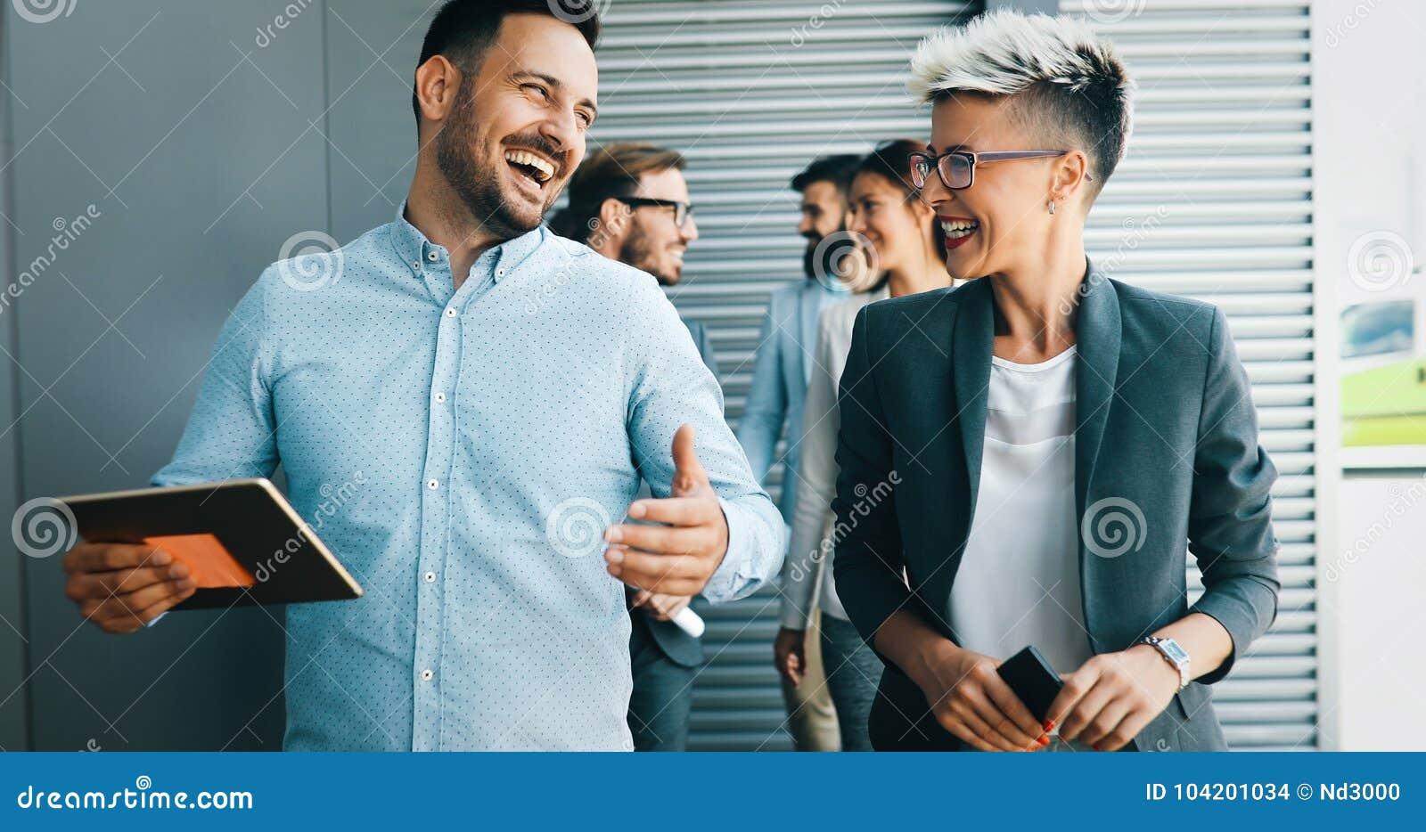 Επιτυχής επιχείρηση με τους ευτυχείς εργαζομένους