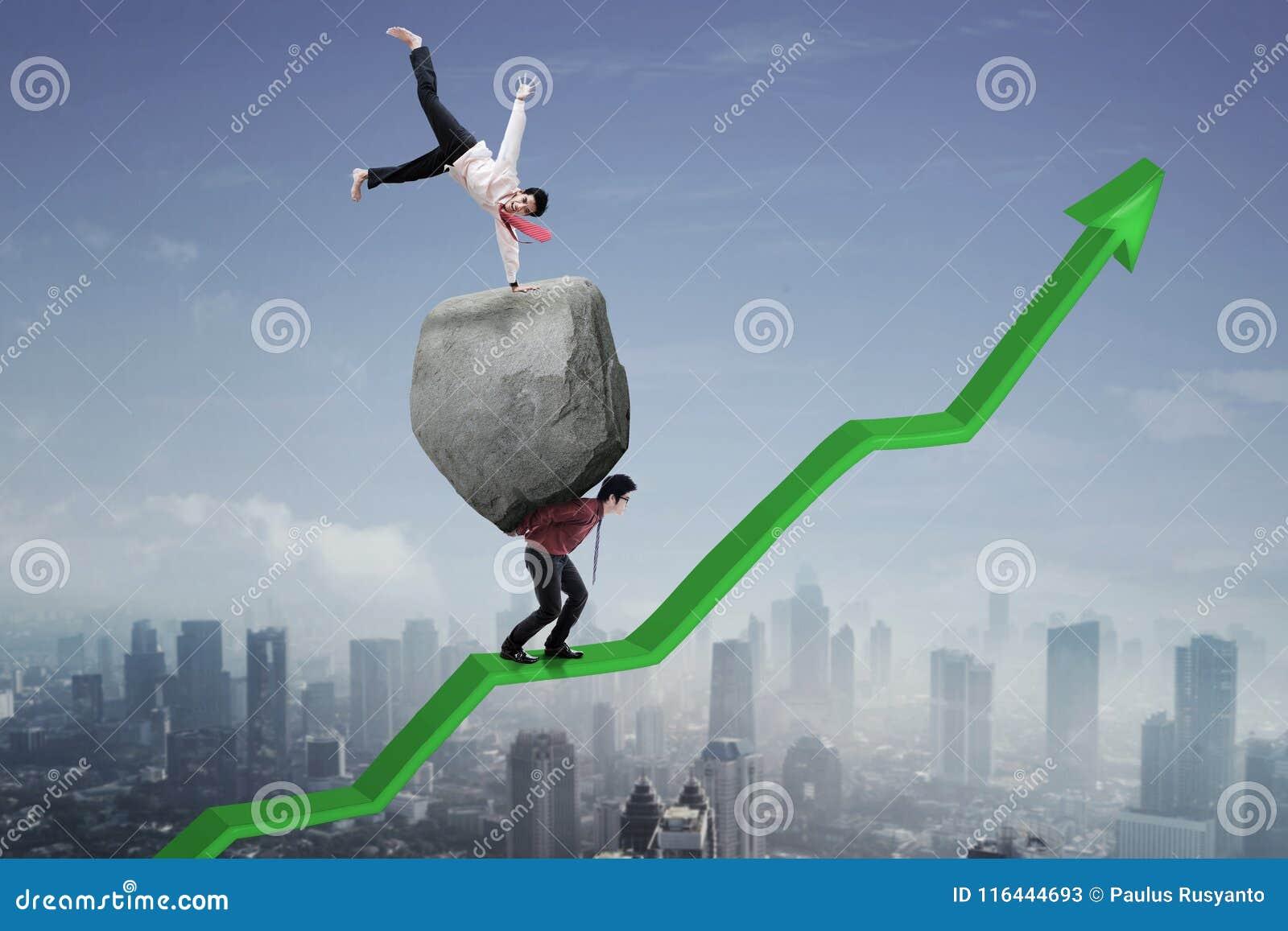 Επιτυχής επιχειρηματίας με το συνεργάτη του πρός τα πάνω σε ένα βέλος
