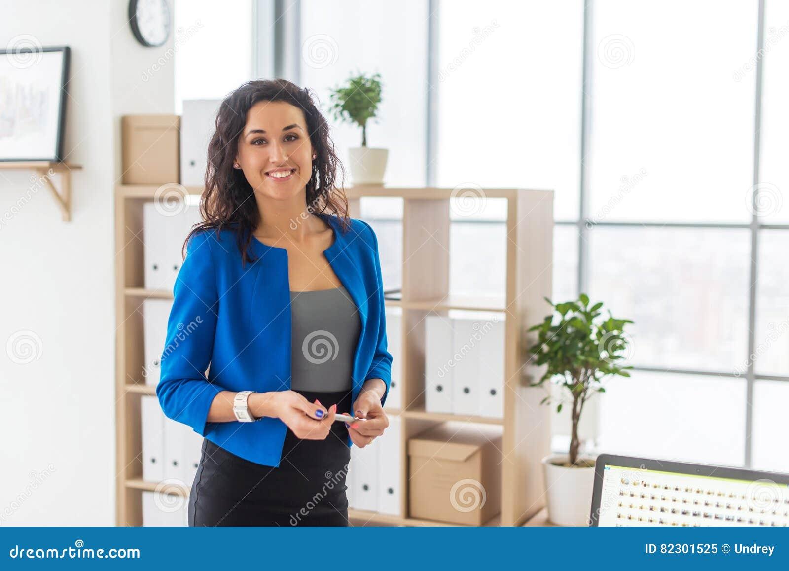Επιτυχής επιχειρησιακή γυναίκα που φαίνεται βέβαια και που χαμογελά