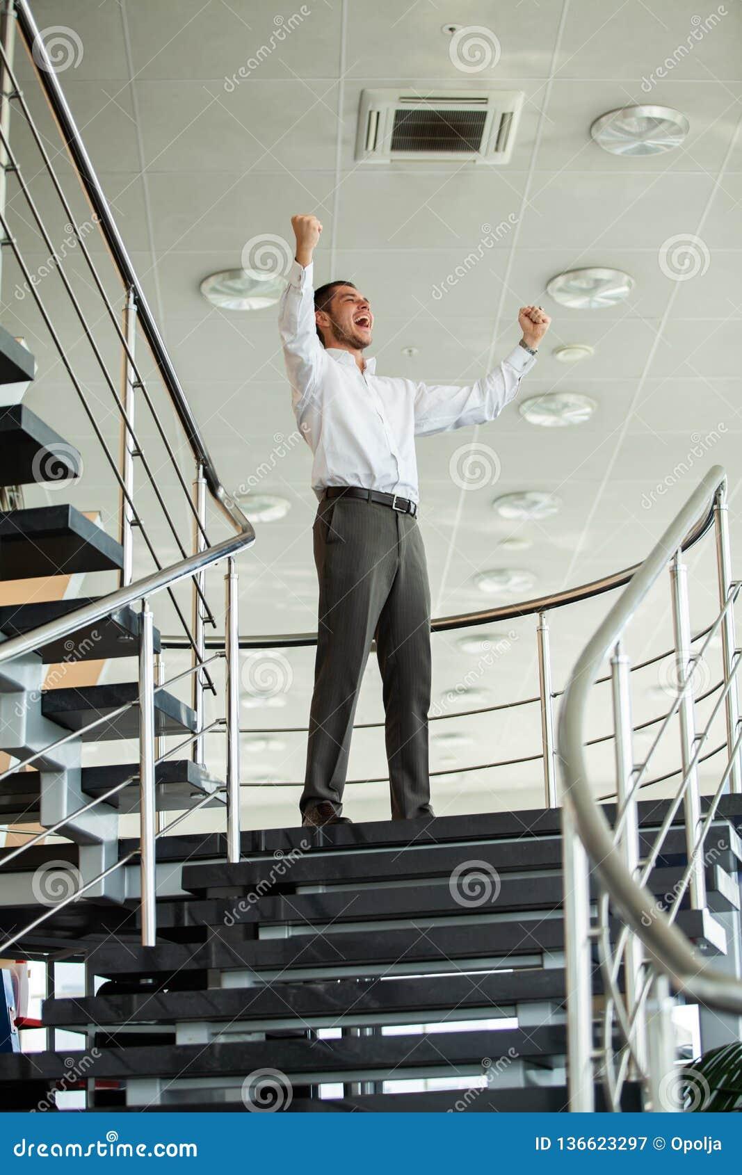 επιτυχία εορτασμού Η συγκινημένη νέα κράτηση επιχειρηματιών οπλίζει αυξημένος και εκφράζοντας τη θετική σκέψη στεμένος στην αρχή