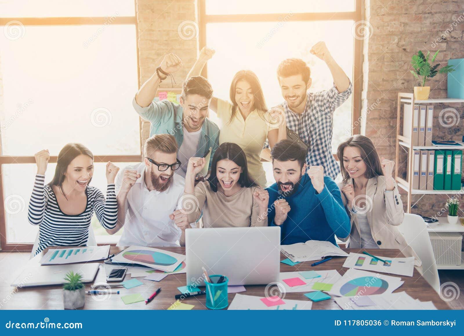 Επιτυχία και έννοια εργασίας ομάδων Ομάδα συνέταιρων με το ρ