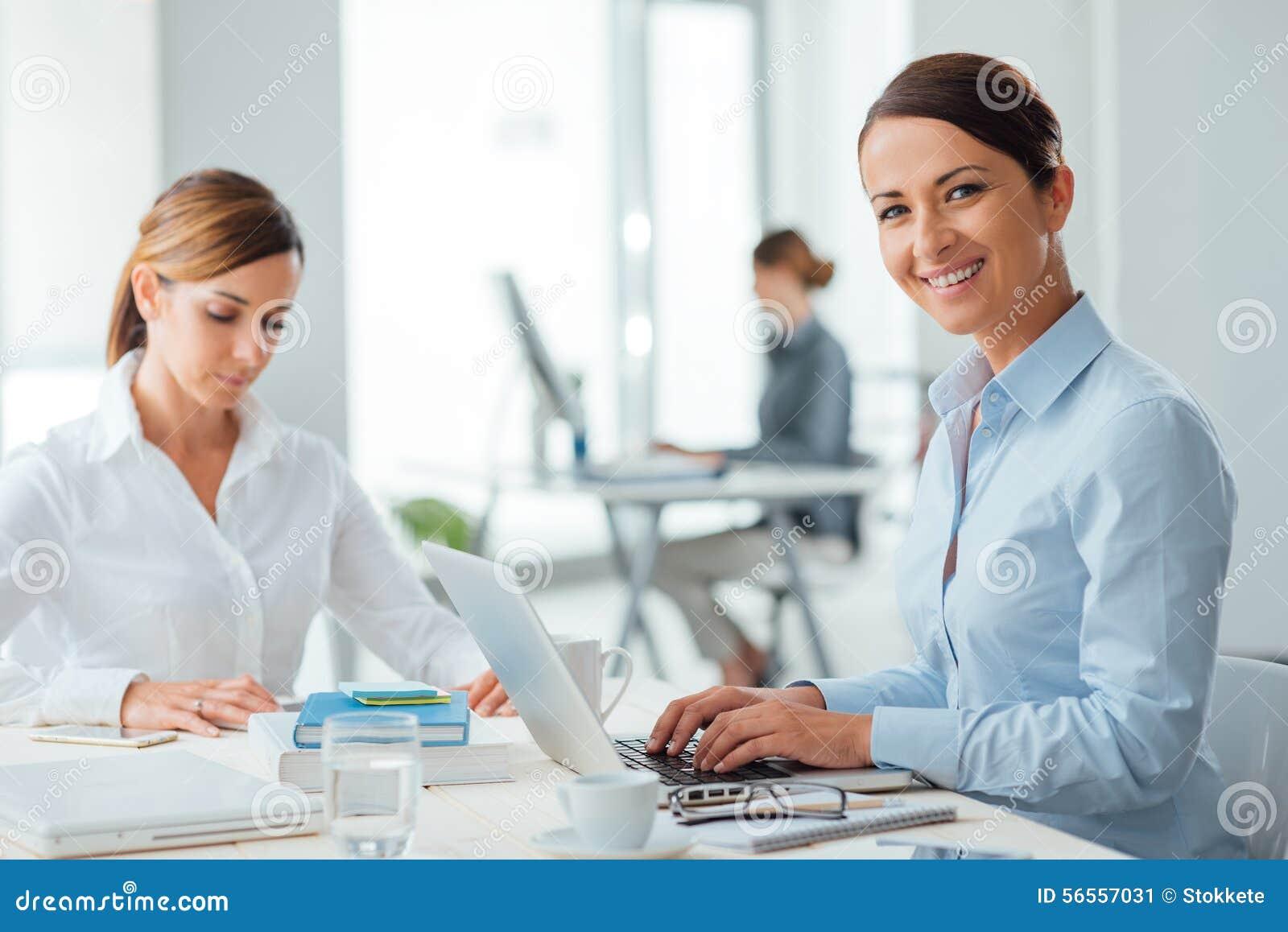 Download Επιτυχείς επιχειρηματίες γυναικών στην εργασία Στοκ Εικόνα - εικόνα από δικτύωση, έκφραση: 56557031