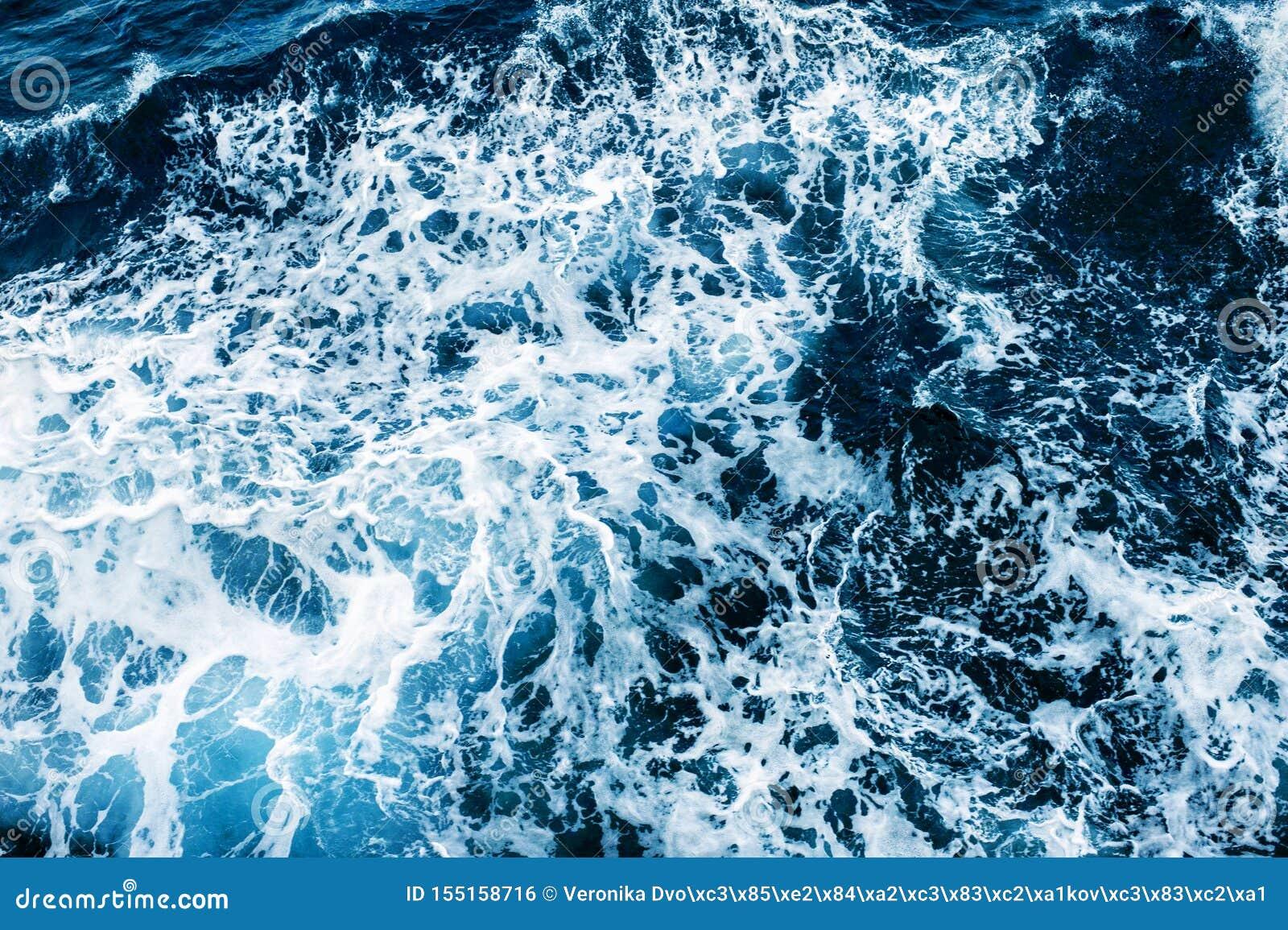 Επιφάνεια θάλασσας με τα κύματα και τον αφρό E