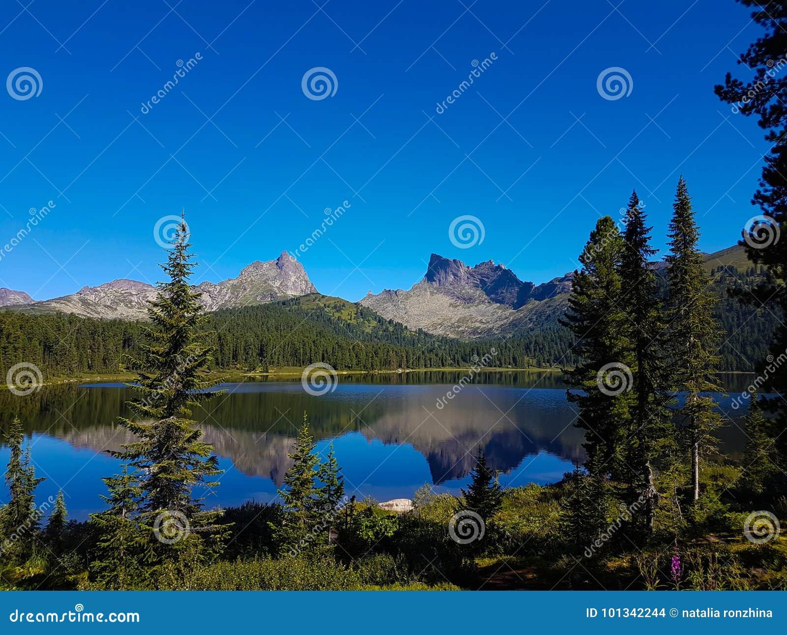 Επιφάνεια καθρεφτών μιας λίμνης στα βουνά