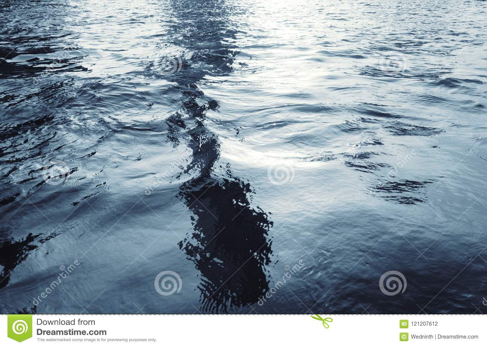 Επιφάνεια νερού με τους κυματισμούς και τις αντανακλάσεις φωτός του ήλιου