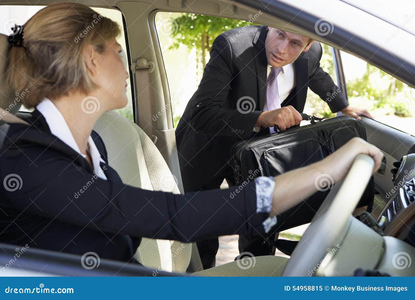 Επιχειρηματίας αργά για το αυτοκίνητο που συγκεντρώνει το ταξίδι στην εργασία