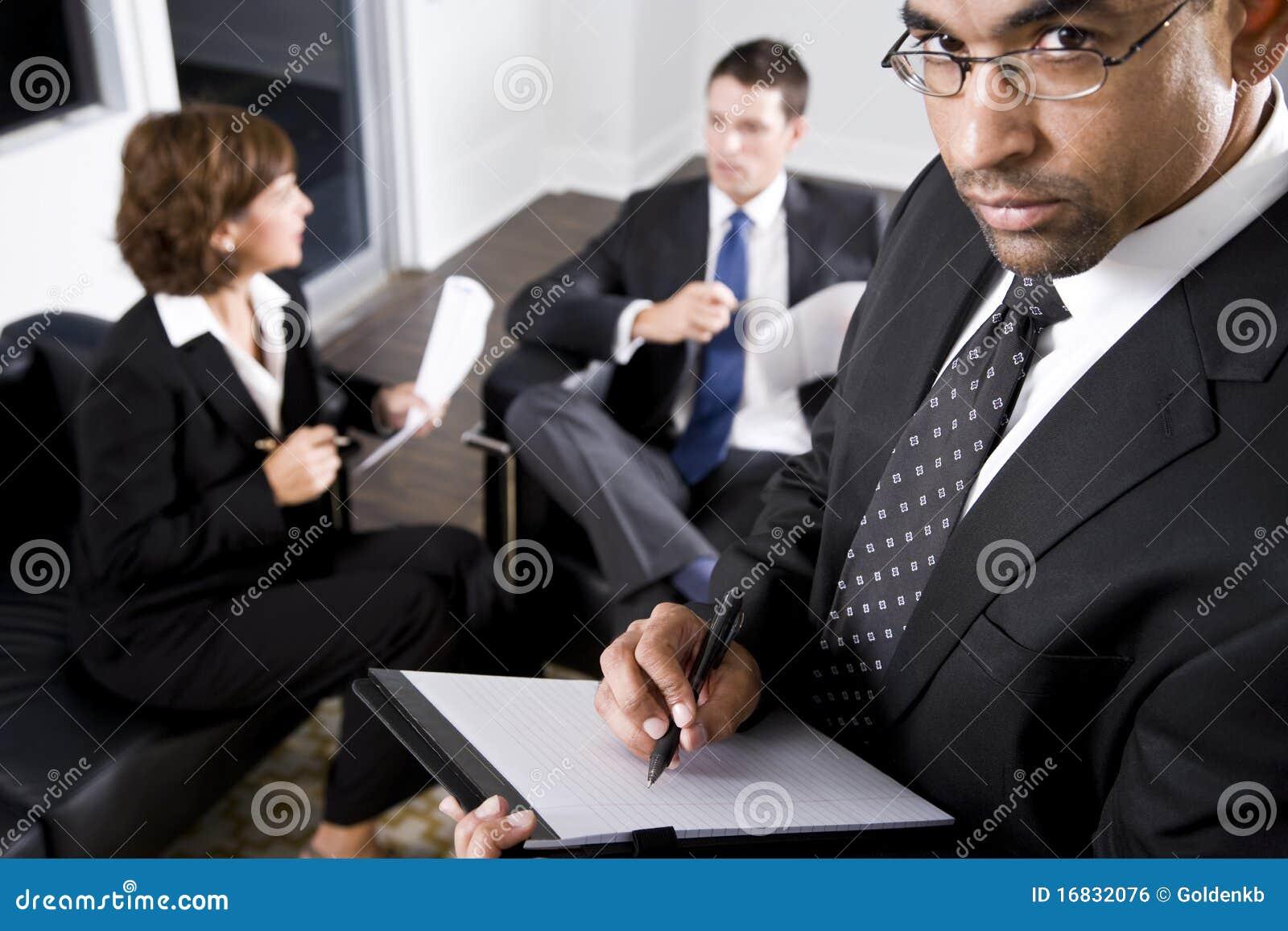 Επιχειρηματίας αφροαμερικάνων που γράφει στο σημειωματάριο