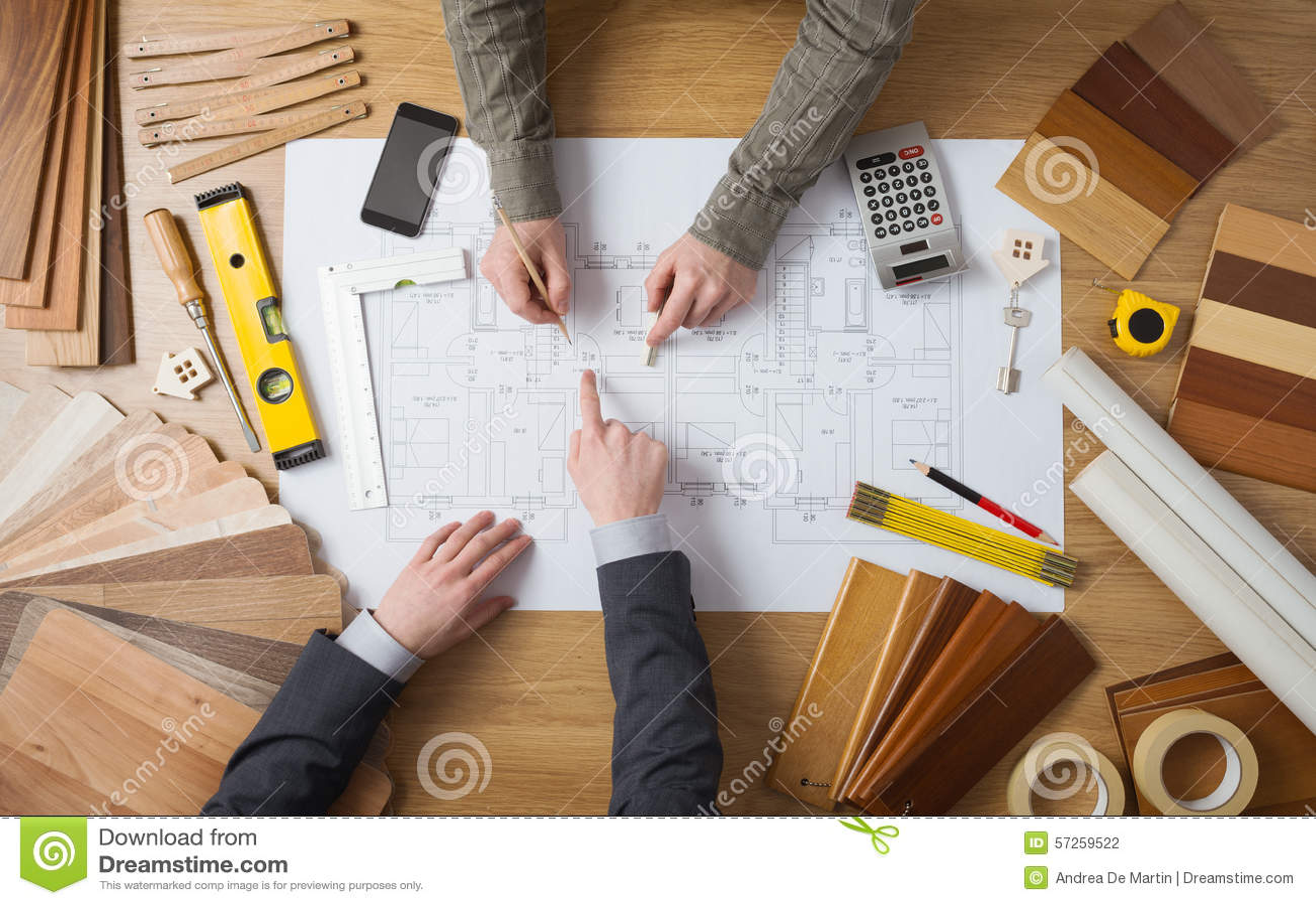 Επιχειρηματίας και μηχανικός κατασκευής που εργάζονται από κοινού