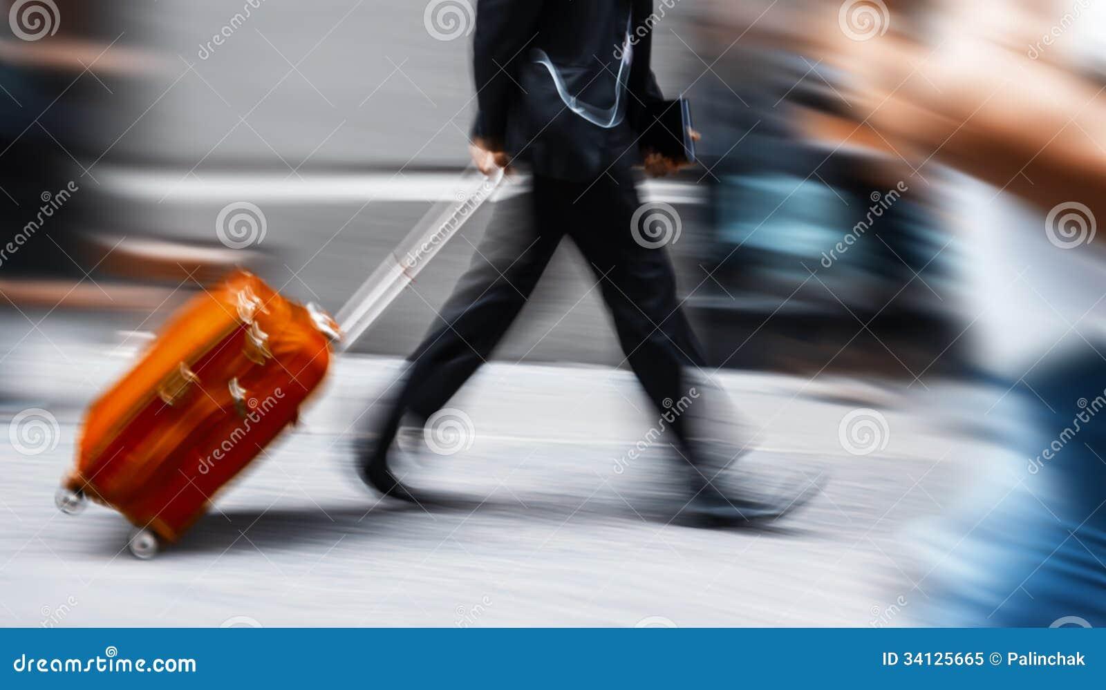 Επιχειρηματίας με μια κόκκινη βαλίτσα σε μια βιασύνη