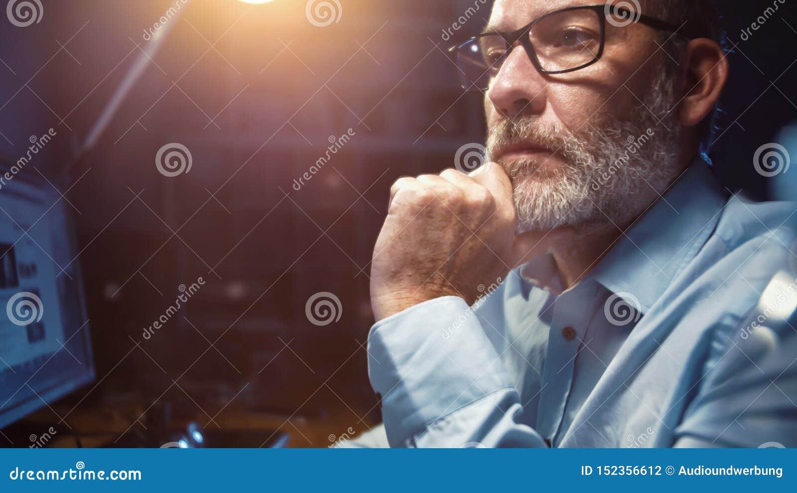 Επιχειρηματίας με τα γυαλιά που λειτουργούν στην αρχή τη νύχτα