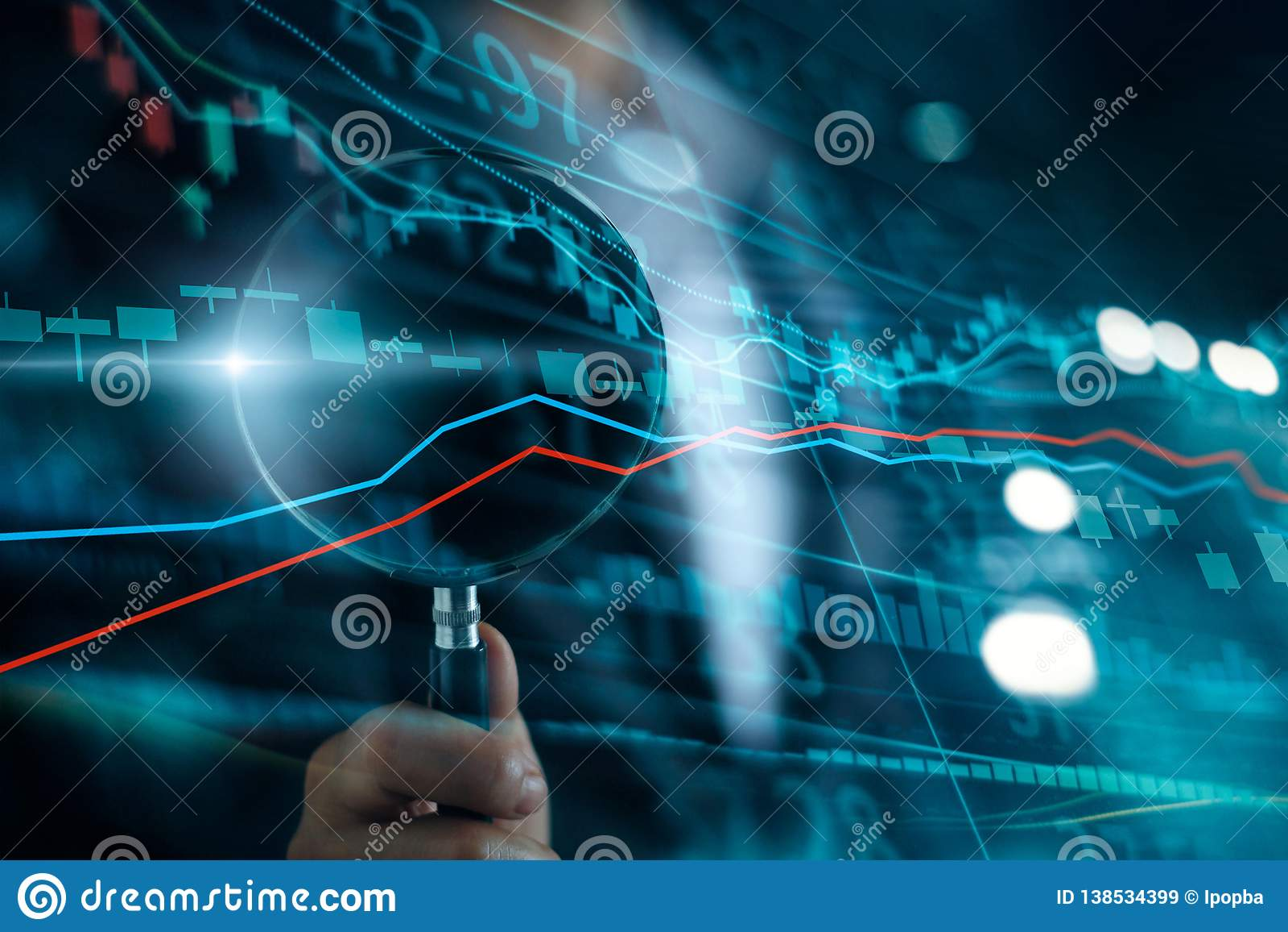 Επιχειρηματίας με την ενίσχυση - αναζήτηση γυαλιού της επένδυσης και του χρηματιστηρίου Κέρδος και κέρδη με τα διαγράμματα κηροπη