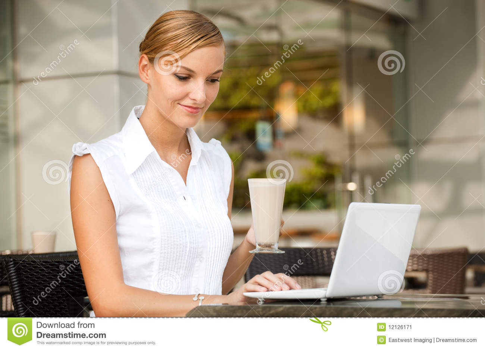 Επιχειρηματίας με τον καφέ & το lap-top