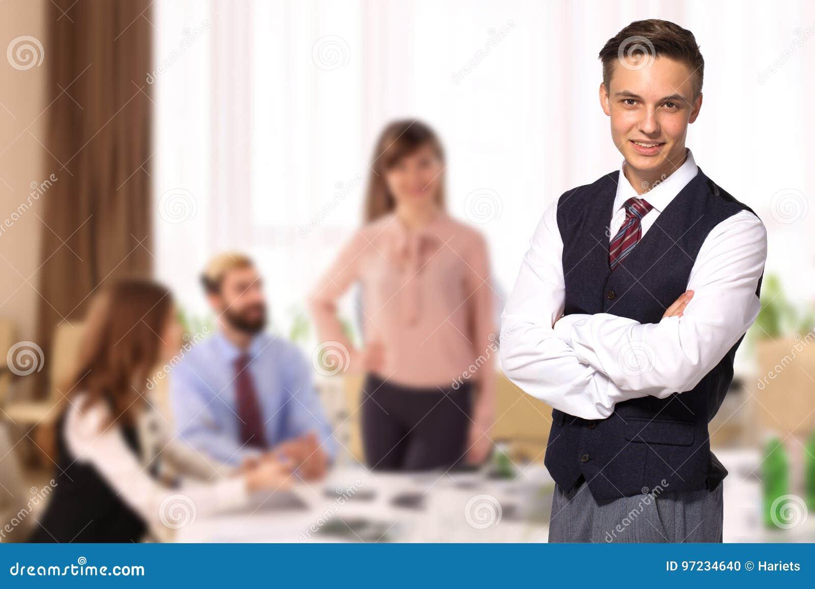 Επιχειρηματίας με τους συναδέλφους στο υπόβαθρο στην αρχή
