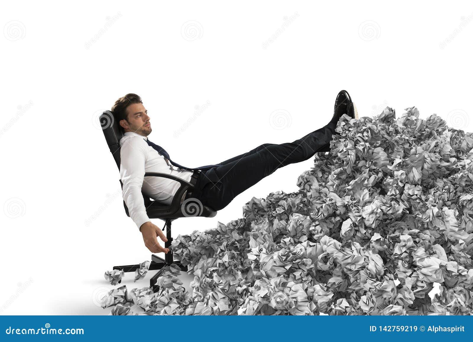 Επιχειρηματίας με το φύλλο εγγράφου οπουδήποτε Θαμμένος από τη γραφειοκρατία έννοια της υπερκόπωσης