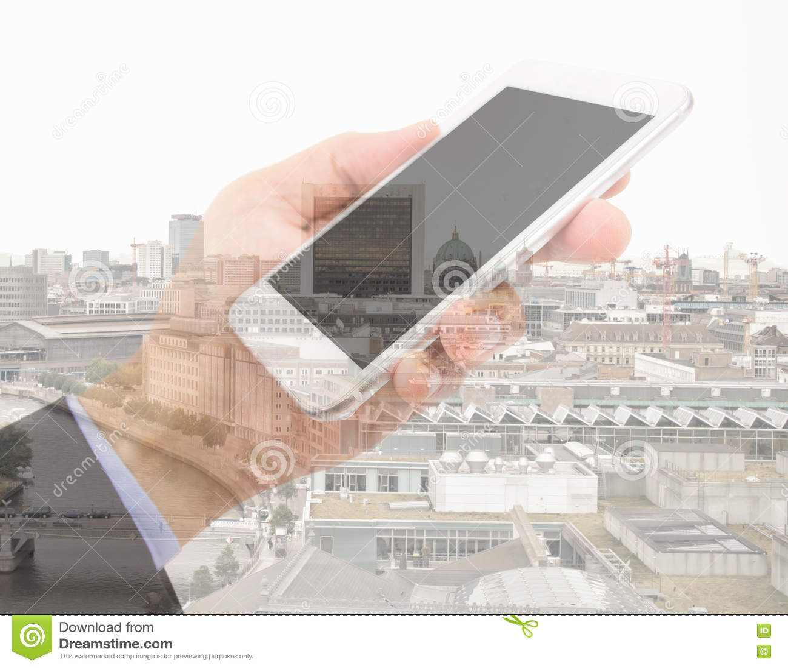 Επιχειρηματίας με το smartphone στην πόλη