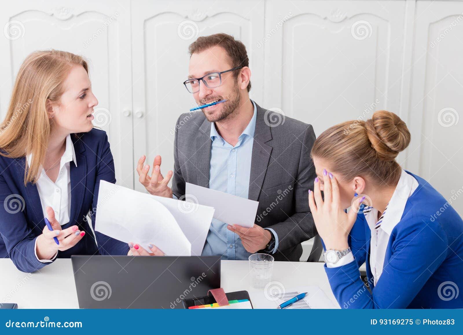 Επιχειρηματίας που δεν ικανοποιεί με την πρόταση του συναδέλφου του επάνω