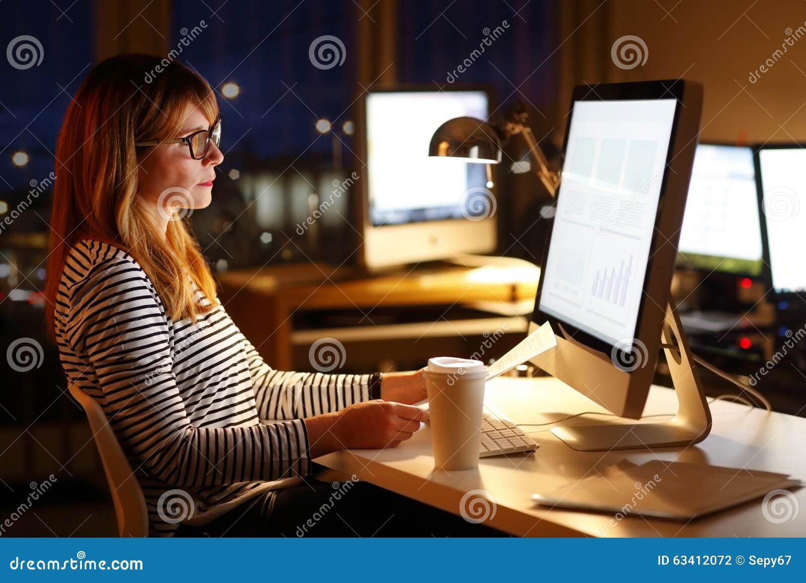 Επιχειρηματίας που εργάζεται αργά - νύχτα