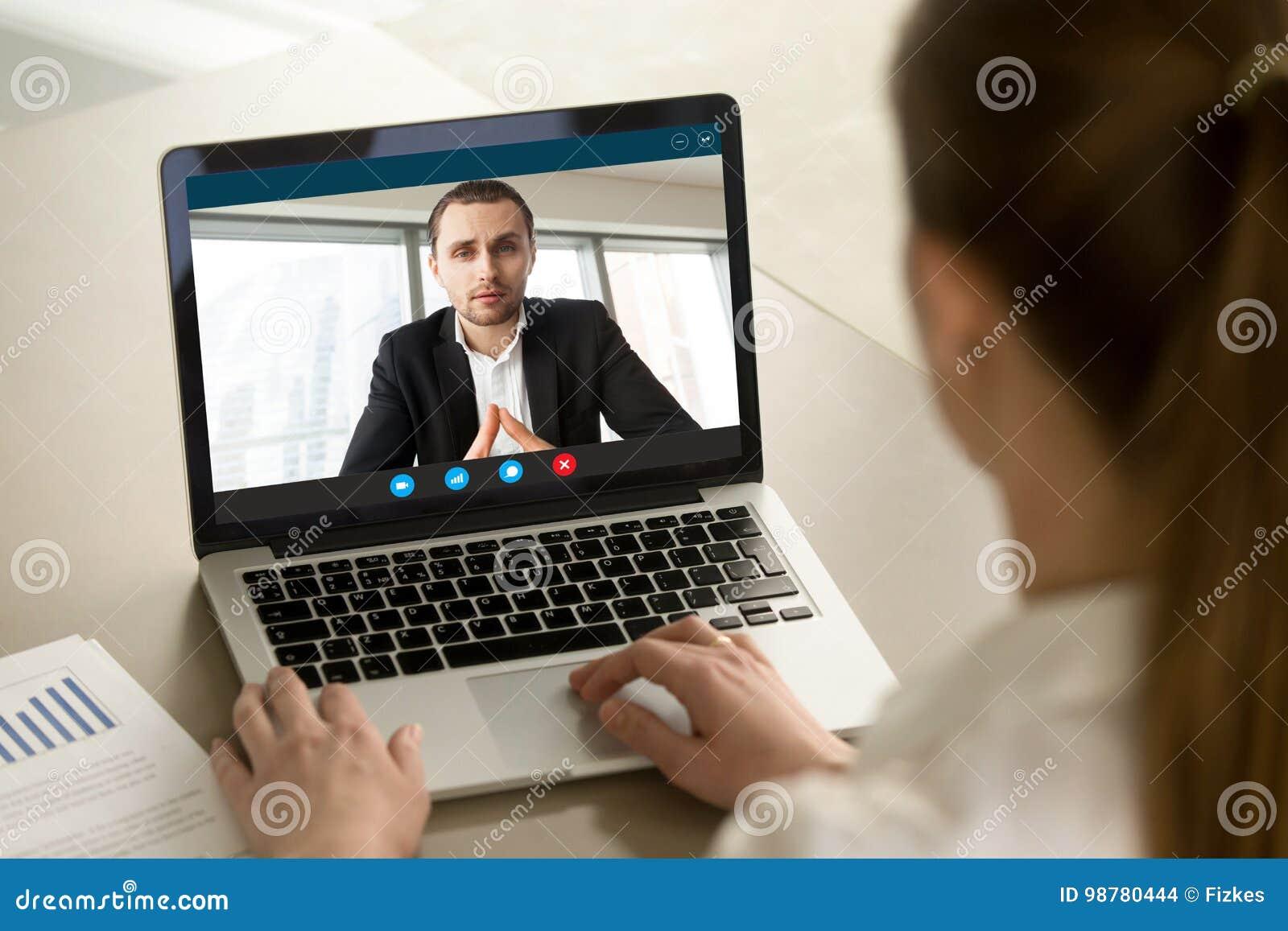 Επιχειρηματίας που καλεί τον επιχειρηματία σε απευθείας σύνδεση από το τηλεοπτικό PC app, γ συνομιλίας