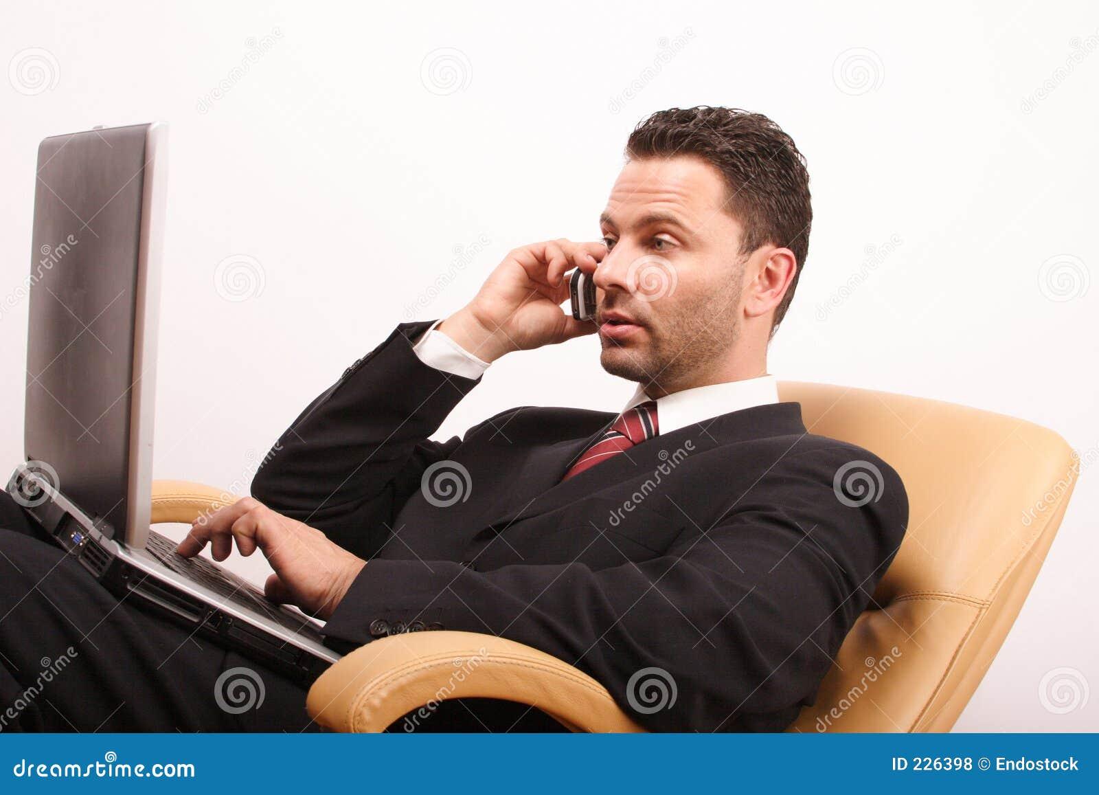 επιχειρηματίας που καλεί το όμορφο lap-top