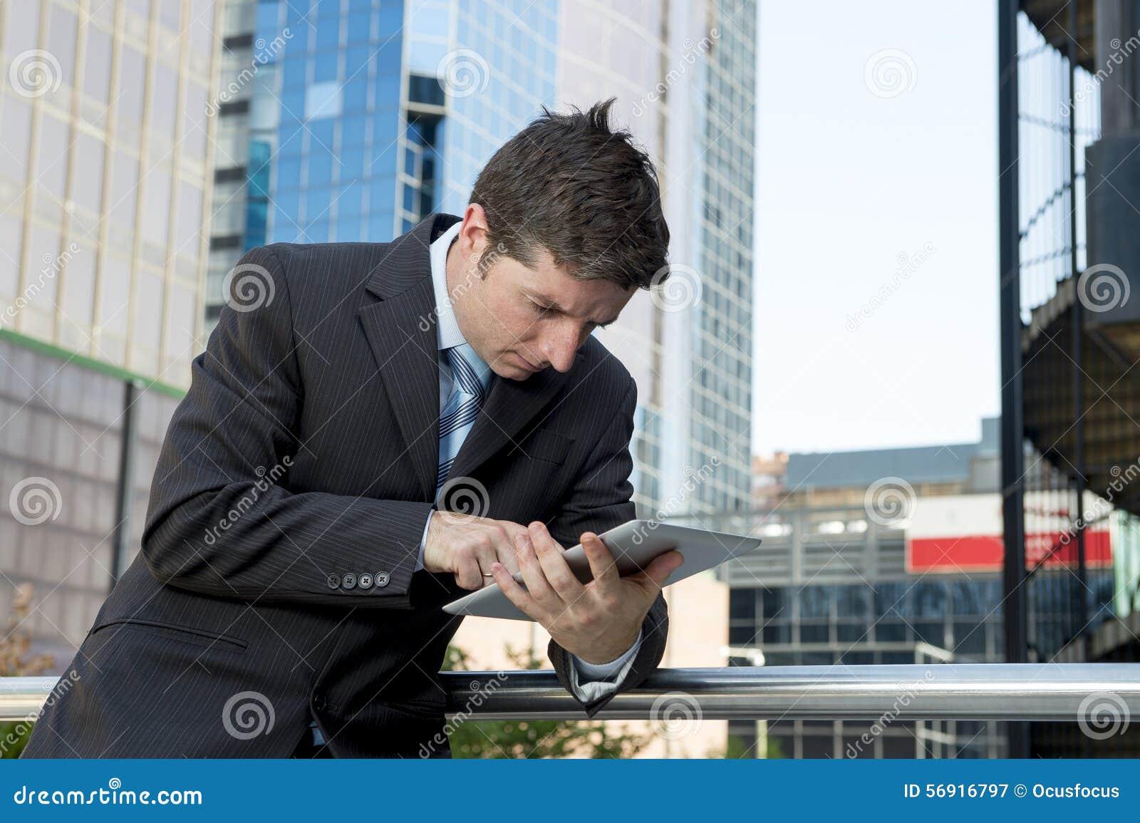 Επιχειρηματίας που κρατά την ψηφιακή ταμπλέτα που λειτουργεί υπαίθρια υπαίθρια το εμπορικό κέντρο