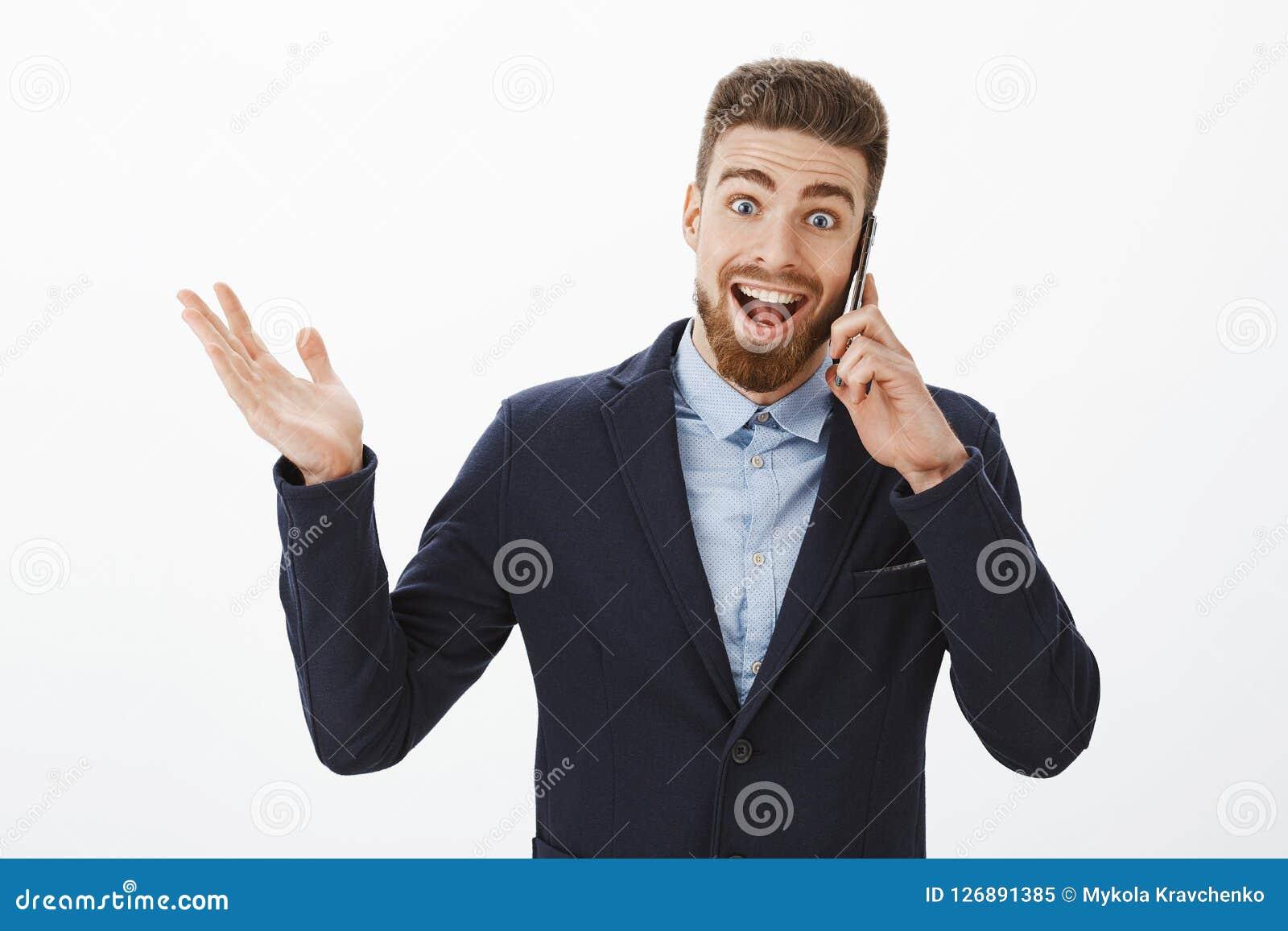 Επιχειρηματίας που λαμβάνει τις άριστες ειδήσεις Ευτυχής και συγκινημένος ευχαριστημένος όμορφος αρσενικός επιχειρηματίας στην κο