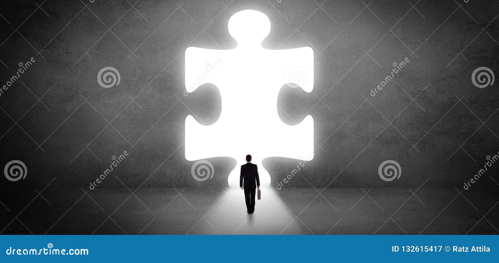 Επιχειρηματίας που στέκεται μπροστά από ένα μεγάλο κομμάτι γρίφων