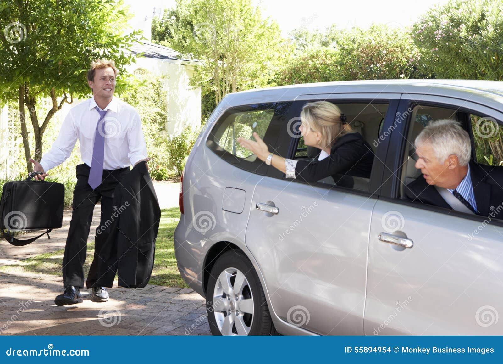 Επιχειρηματίας που τρέχει αργά για να συναντήσει το αυτοκίνητο συναδέλφων που συγκεντρώνει το ταξίδι στην εργασία