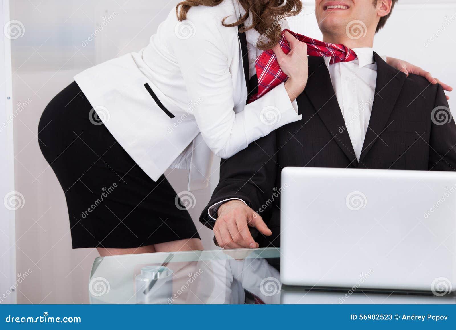 Επιχειρηματίας που τραβά το δεσμό του αρσενικού συναδέλφου παραπλανώντας τον